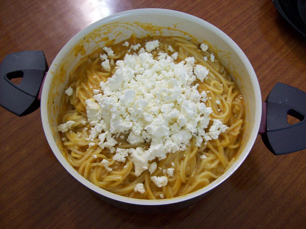 Шпагети во домашен доматен сос