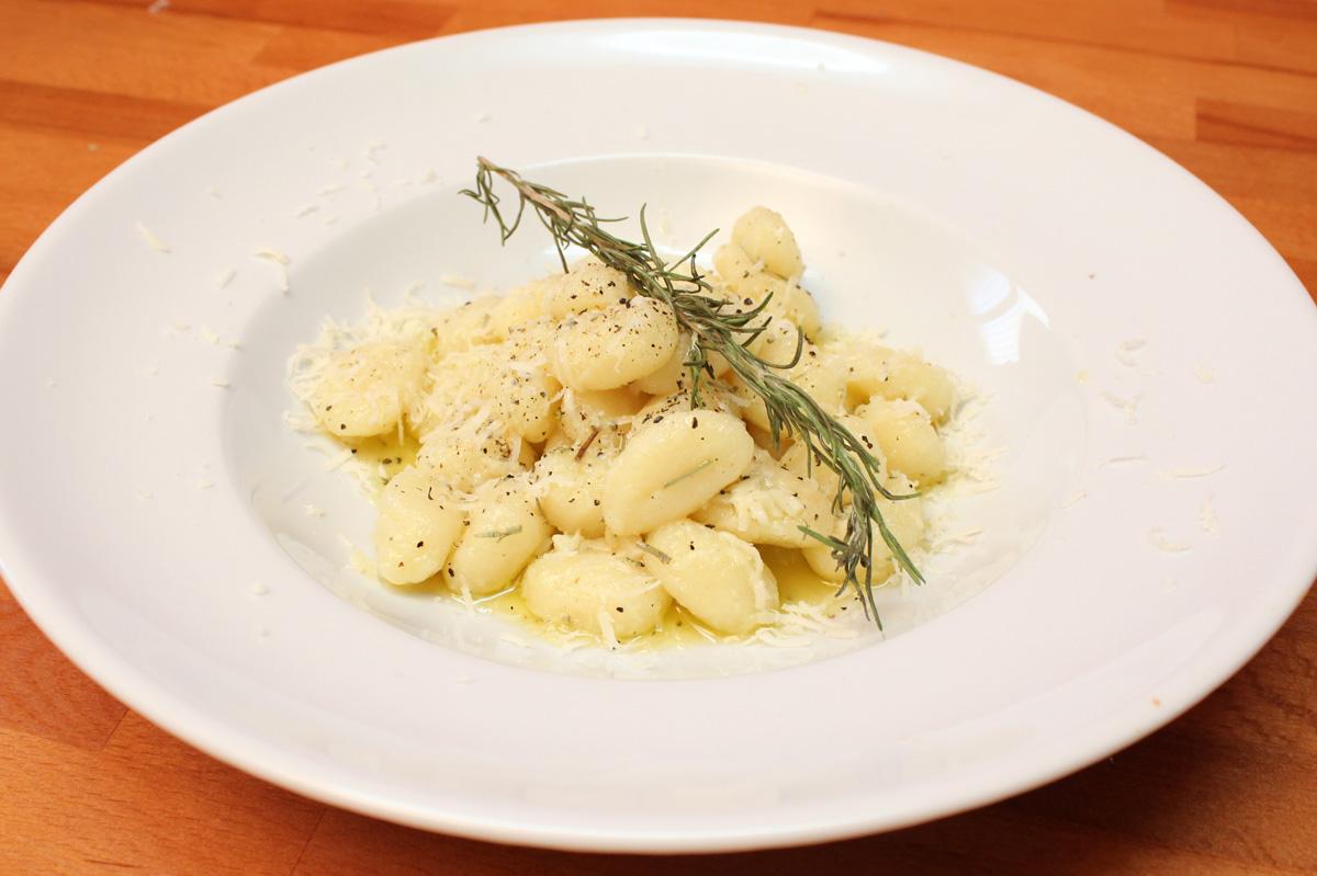 Видео рецепт: Њоки со рузмарин, лук и сос од путер