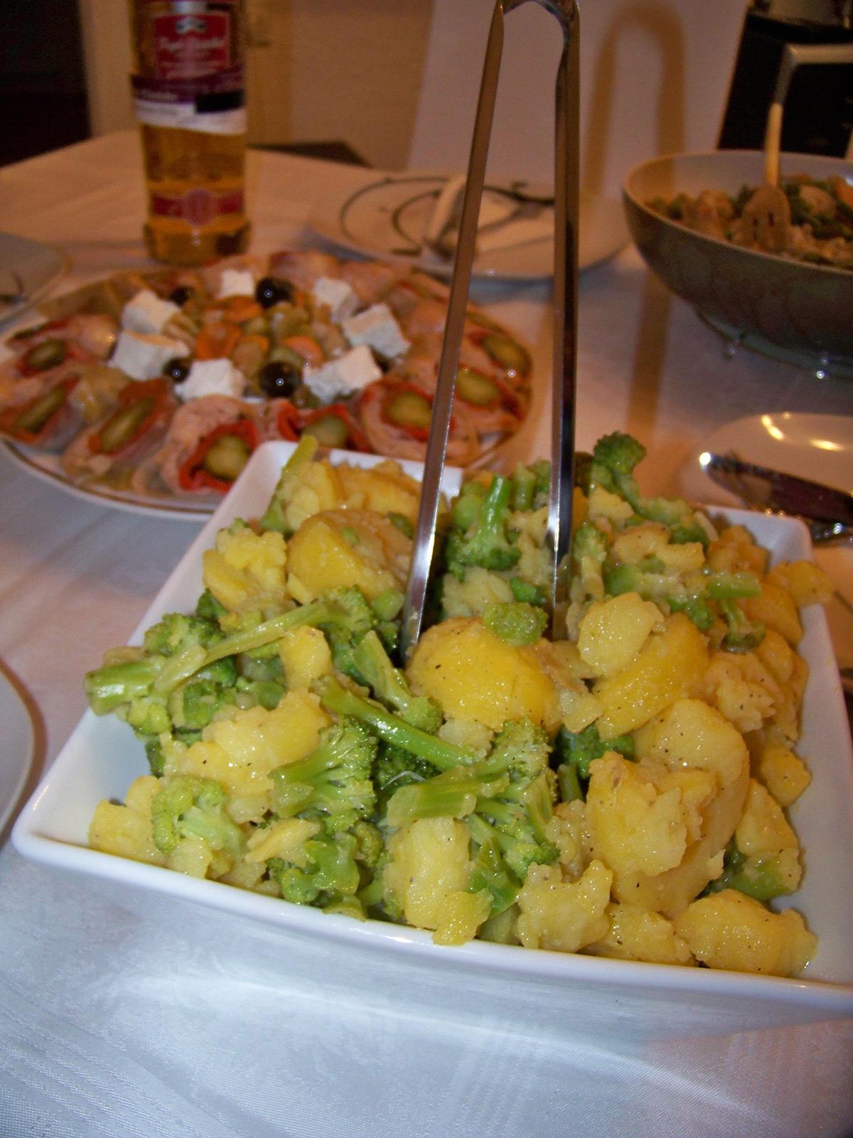 Салата од компир и брокула