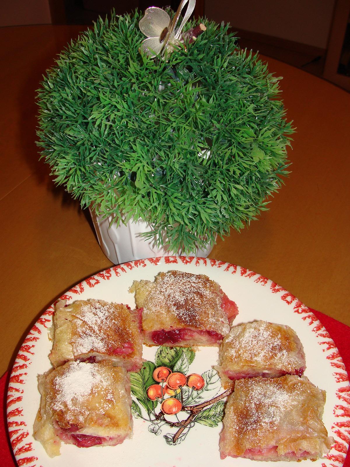 Пита со вишни од готови кори