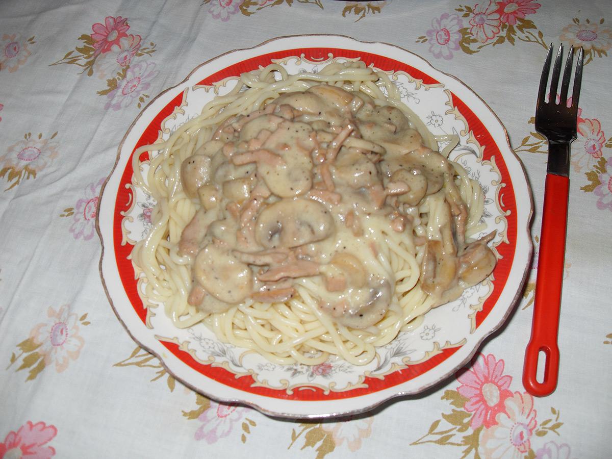 Шпагети со сос од печурки и салама