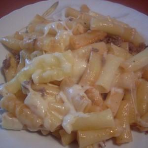 Потпечени макарони со мелено месо