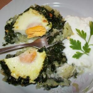 Печен спанаќ со ориз и цели јајца