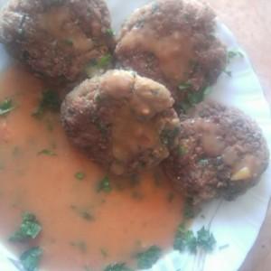Ќофте од мелено месо и соја со прелив од доматен сос