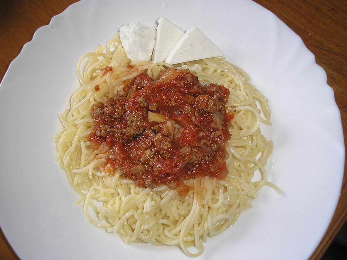 Шпагети болоњезе со босилек