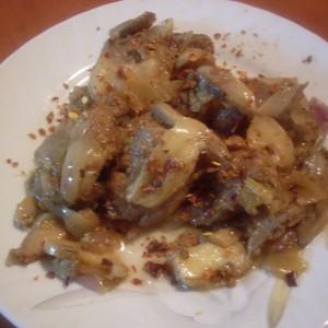 Свинско месо со кромид и печурки