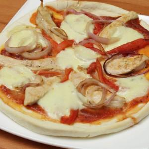 Видео рецепт: Пица со пилешко месо и печени црвени пиперки