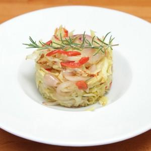 Видео рецепт: Рендани компири со кромид, црвени пиперки и рузмарин