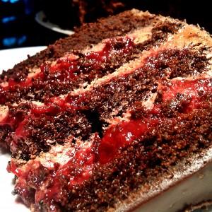 Торта од чоколада и малини