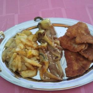 Похована риба панга со компирчиња и пиперки со лук