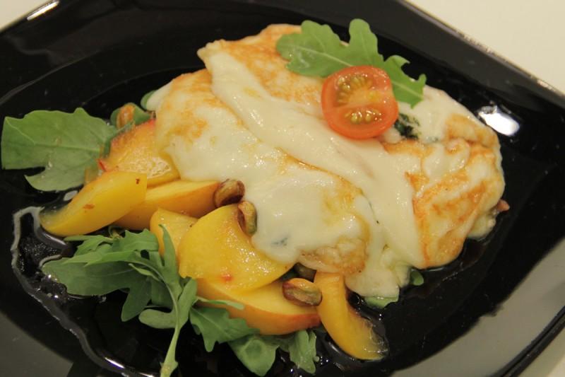 Видео рецепт: Салата со топло фета сирење, мед и бадеми