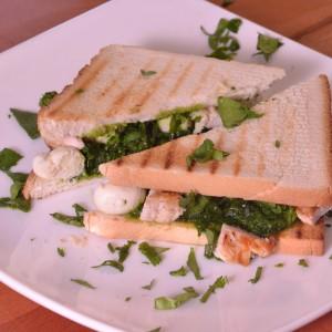 Видео рецепт: Сендвич со песто од спанаќ, пилешко и моцарела
