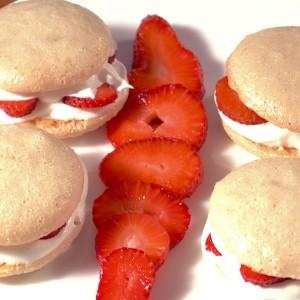 Видео рецепт: Сендвичи со јагода и шлаг