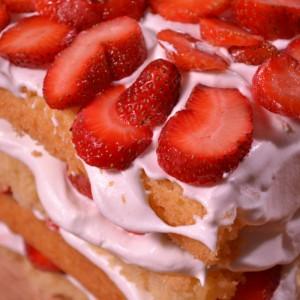 Видео рецепт: Редена торта со јагоди и шлаг