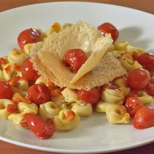 Видео рецепт: Тортелини со чери домати со чипс од пармезан