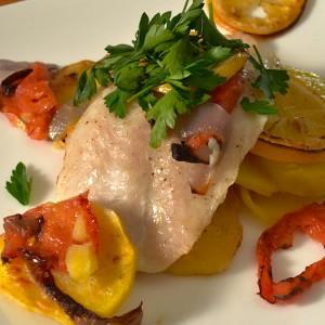Видео рецепт: Печена бела риба со компири и домати