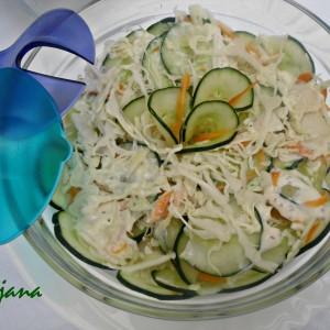 Мешана зелена салата со прелив