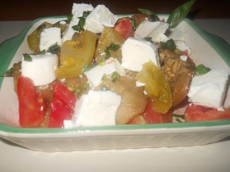 Салата  од  модар патлиџан, црвен и зелен домат