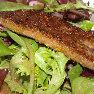 Мешана салата со прелив од малина сервирана со пржен џигер