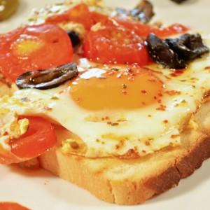 Видео рецепт: Пржени јајца со чери домати, маслинки и билки