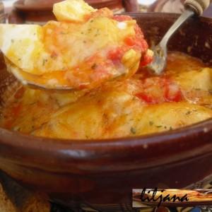 Варени јајца во сос под капак