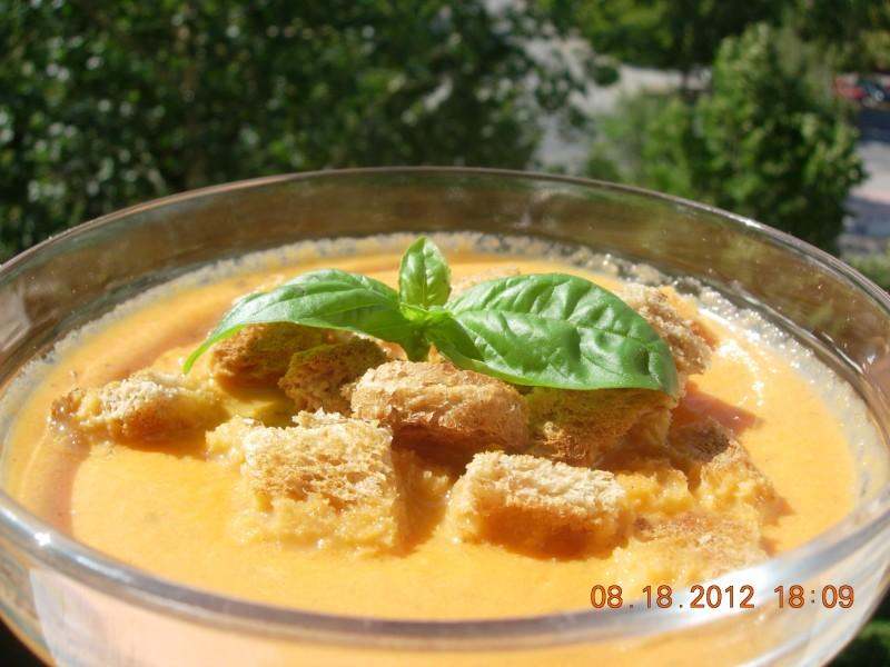 Крем супа од домати, путер и мајоран