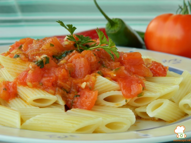 Лути макарони со сос од домати