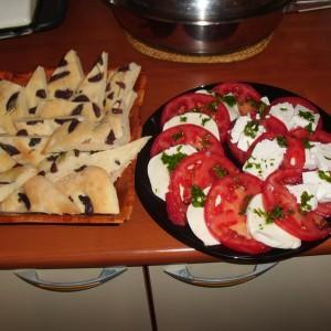 Фокачо и салата со домати и моцарела