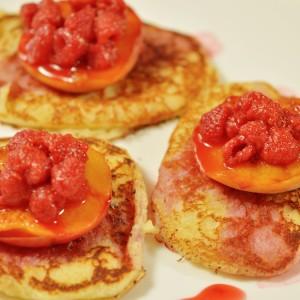 Видео рецепт: Палачинки со цимет, праски и малини