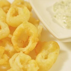 Видео рецепт: Похувани лигњи со мајонез, лимон, лук и магдонос