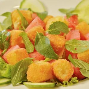 Видео рецепт: Салата со топло козјо сирење и лубеница
