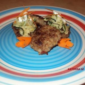 Ќофтиња од мелено месо и ориз со салса од тиквица