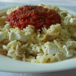 Рисини тестенини со сос од домати, фета и маслинки