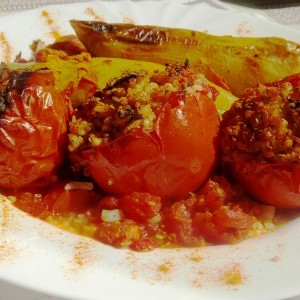 Полнети домати и пиперки со булгур, хељда, киноа, просо...