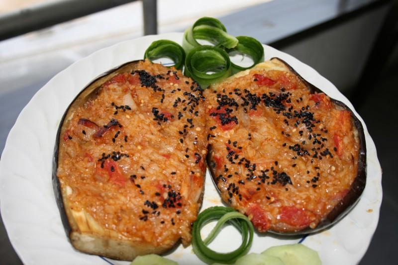 Модри домати полнети со сланина и ориз