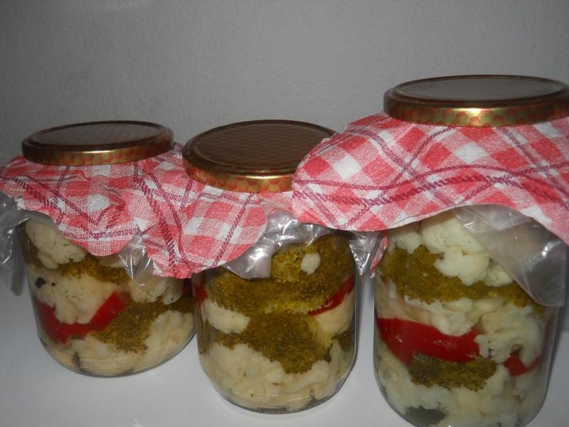 Закиселени  карфиол, брокула и црвена пиперка