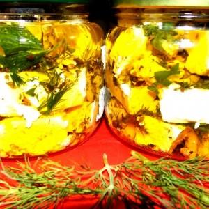 Козјо сирење во маслиново масло со зачини