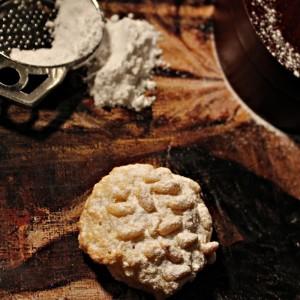 Италијански колаченца со пињоли