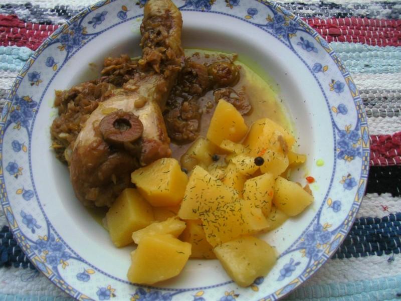 Пилешки копанчиња во сос од маслинки