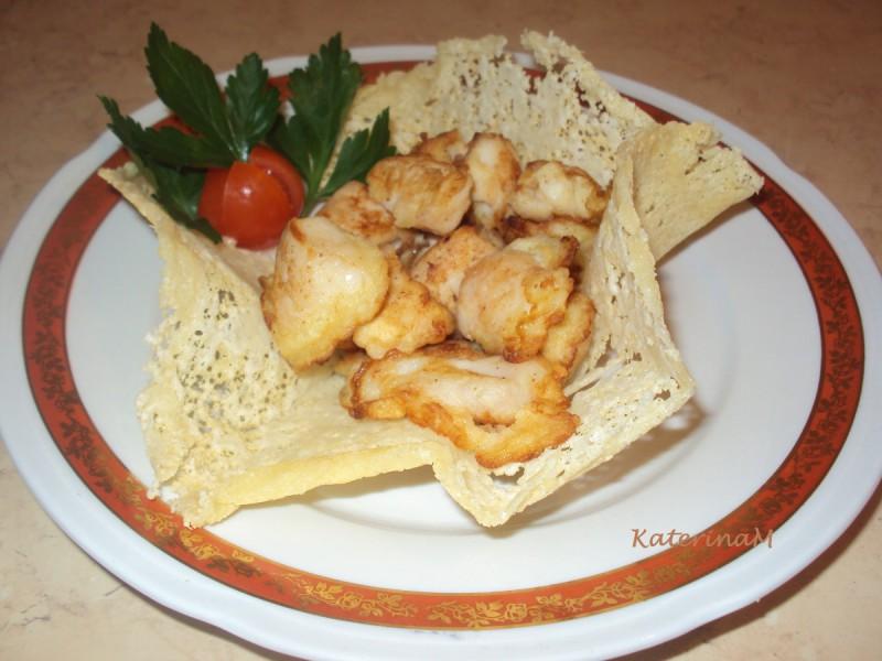 Маринирано пилешко во корпички од пармезан