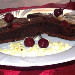 Чоколадна фантазија со прелив од вишни