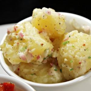 Компир салата со прелив од сенф и мајонез