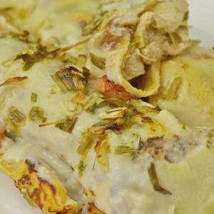 Видео рецепт: Солени полнети палачинки со бел сос