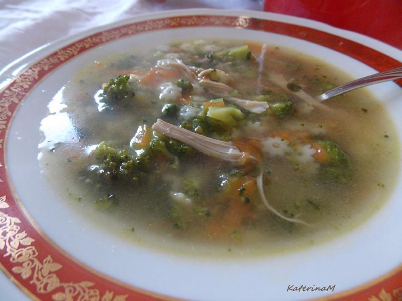 Пилешка супа со брокули и морков