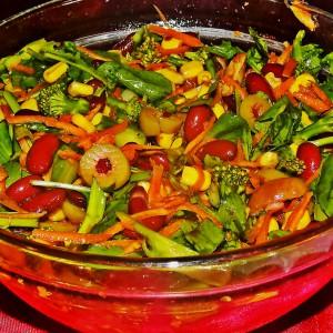 Колоритна салата со црвен грав
