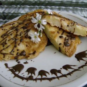 Кругови од јаболка во тесто за палачинки