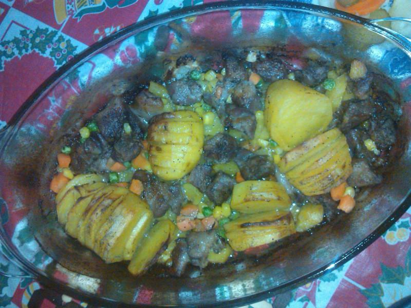 Крцкави печени компири со свинско месо