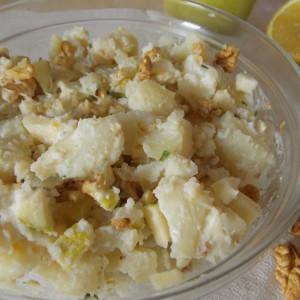 Компир салата со јаболко и ореви