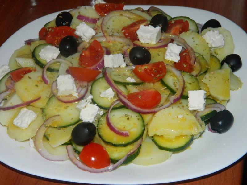 Салата од компири и краставица
