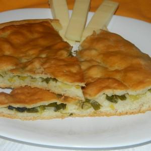 Комат со млад кромид и маслинки